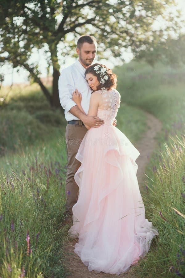 Schöne Hochzeit in der Natur stockbilder