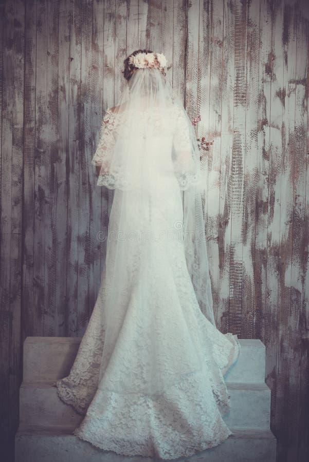 Schöne Hochzeit Und Ein Langes Weißes Kleid, Schleier, Klassischer ...