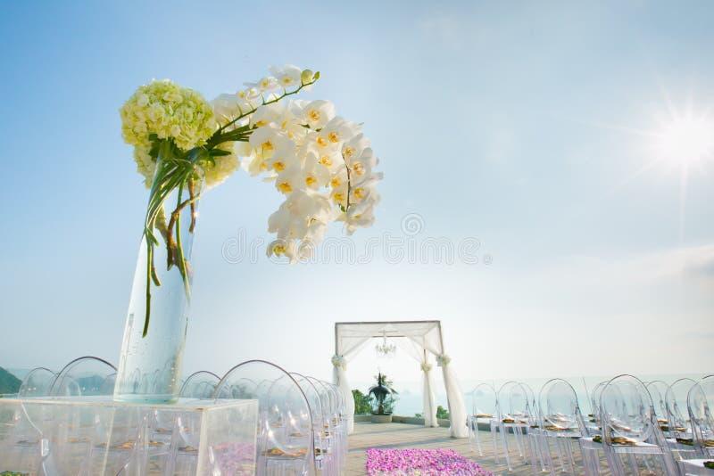 Schöne Hochzeit verziert auf Heiratseinrichtung stockfotos