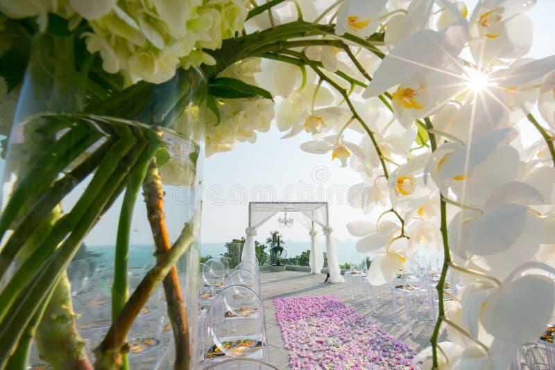 Schöne Hochzeit verziert auf Heiratseinrichtung lizenzfreie stockfotografie