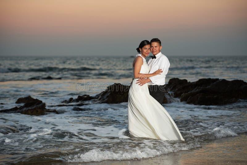 Schöne Hochzeits-Paare stockbild