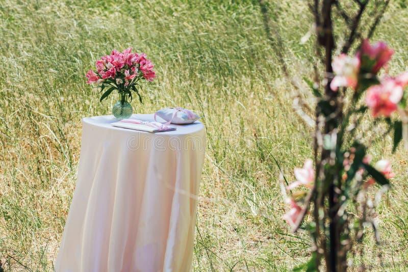 Schöne Hochzeitsblumendekorationen lizenzfreies stockfoto