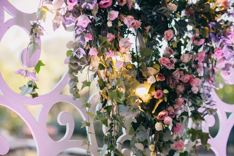 Schöne Hochzeitsblumendekorationen Einladungskarte mit Perlendekoration und Rosen Boutonniere auf weißem Hintergrund Kreative Dek lizenzfreie stockfotografie
