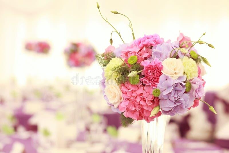Schöne Hochzeitsblumendekorations-Tabellenanordnung stockfotos