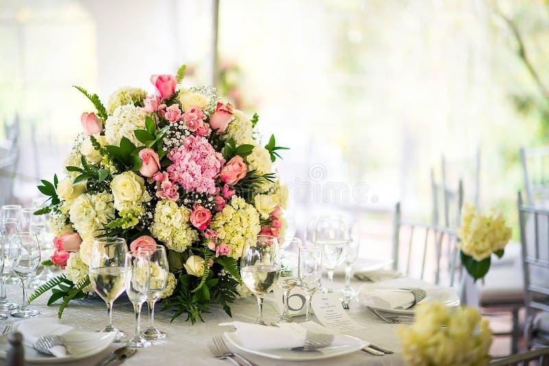 Schöne Hochzeitsdekoration auf dem Tisch Blumengestecke und Dekoration Anordnung für die rosa und weißen Blumen lizenzfreies stockfoto
