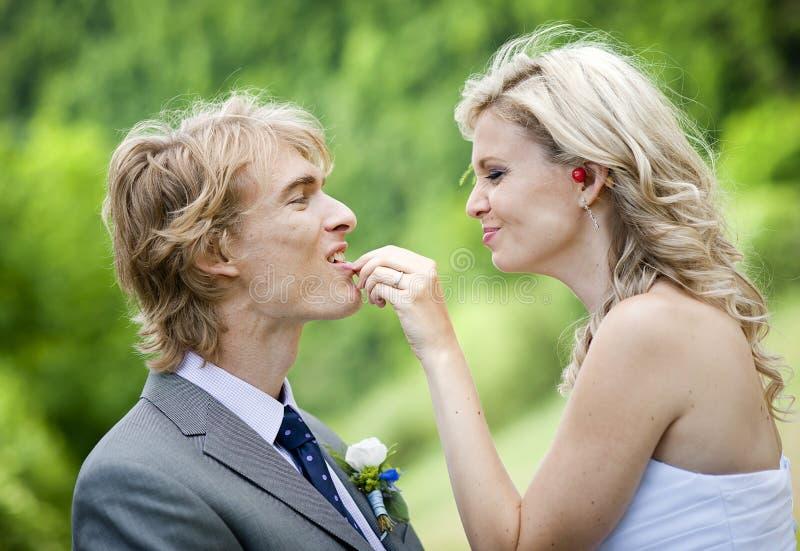 Schöne Hochzeitspaare lizenzfreie stockfotografie