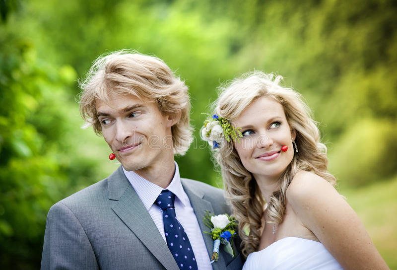 Schöne Hochzeitspaare lizenzfreie stockfotos