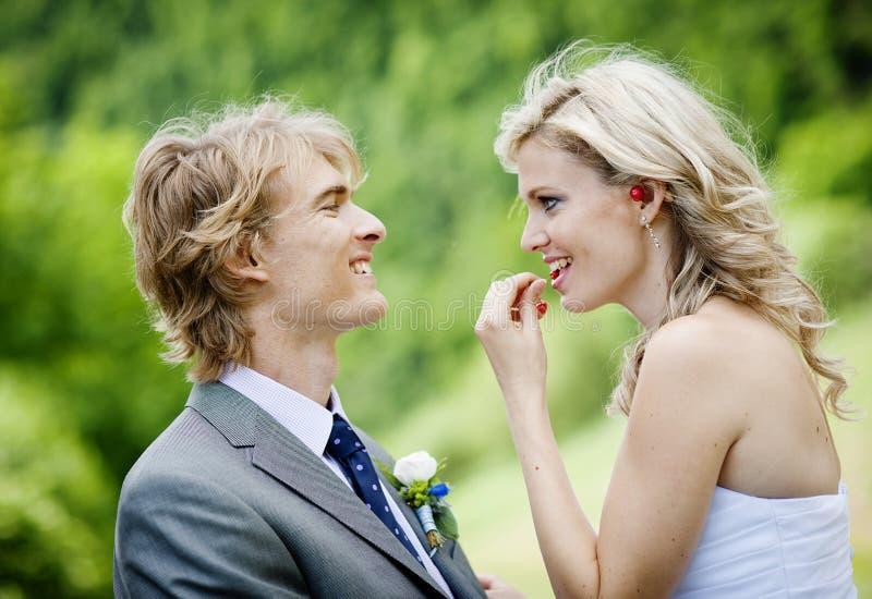 Schöne Hochzeitspaare stockfotografie
