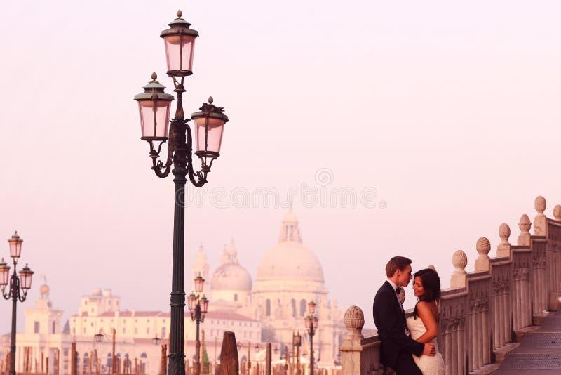 Schöne Hochzeitspaare in Venedig auf ihren Flitterwochen lizenzfreies stockbild