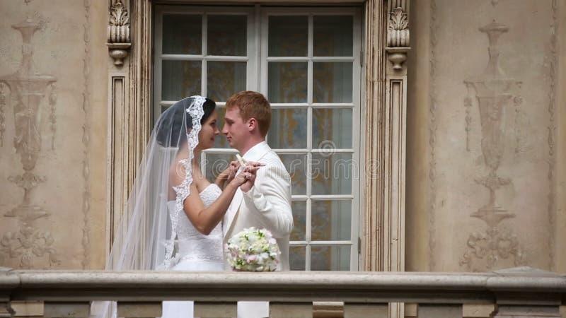 Schöne Hochzeitspaare zusammen reihenfolge stock video