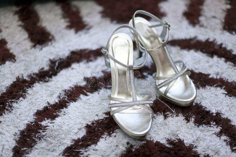 Schöne Hochzeitsschuhe auf einem Teppich stockbild