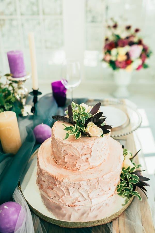 Schöne Hochzeitstorte mit Blumen auf Holztisch mit Ñ- andl lizenzfreie stockbilder