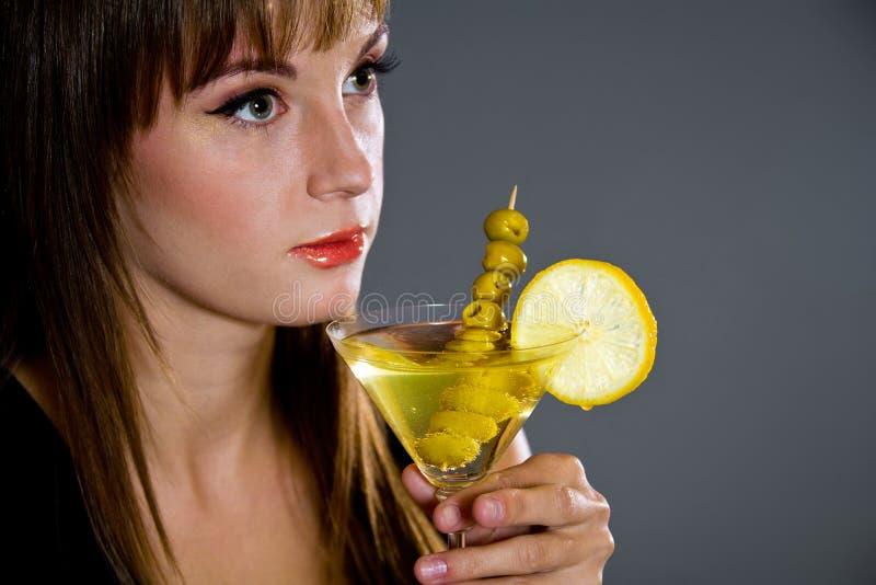 Schöne Holding Martini der jungen Dame stockfotografie