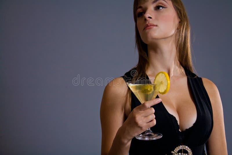 Schöne Holding Martini der jungen Dame lizenzfreies stockbild