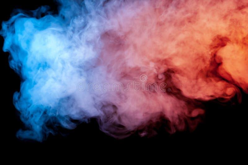 Schöne horizontale Rauchsäule im hellen Neonlicht des blauen Rosas und orange auf einem schwarzen Hintergrund ausgeatmet aus hera stockbilder
