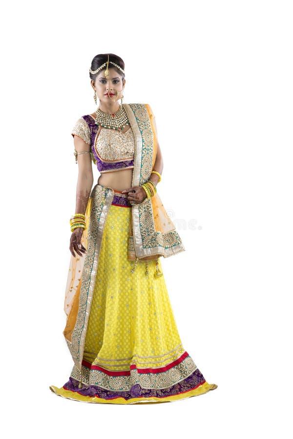 Schöne Inder Rajasthani-Braut auf lokalisiertem Hintergrund stockbilder