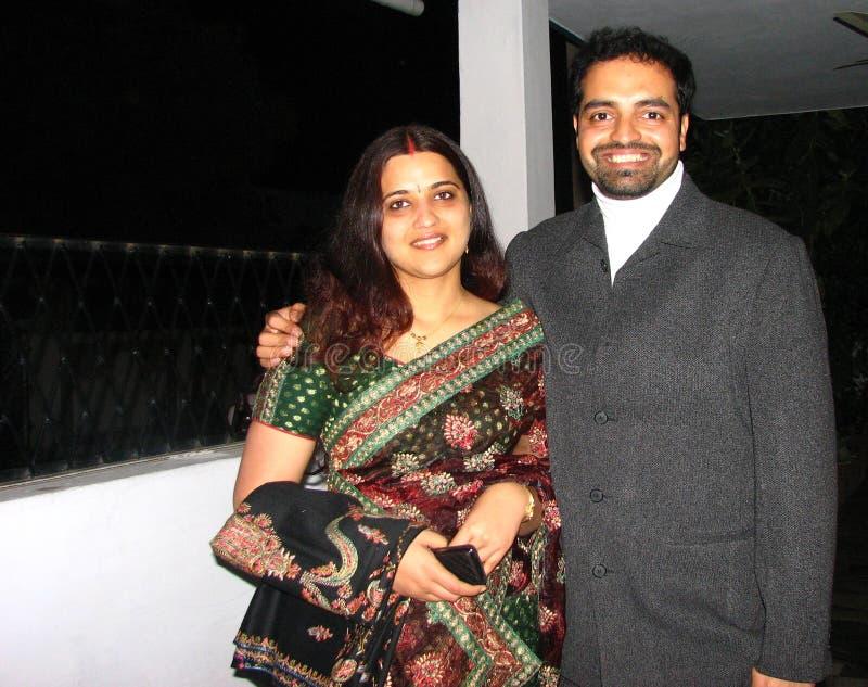 Schöne indische (asiatische) Paare im traditionellen Kleid stockbilder