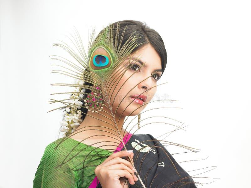 Schöne indische Frau mit Pfaufeder stockfoto