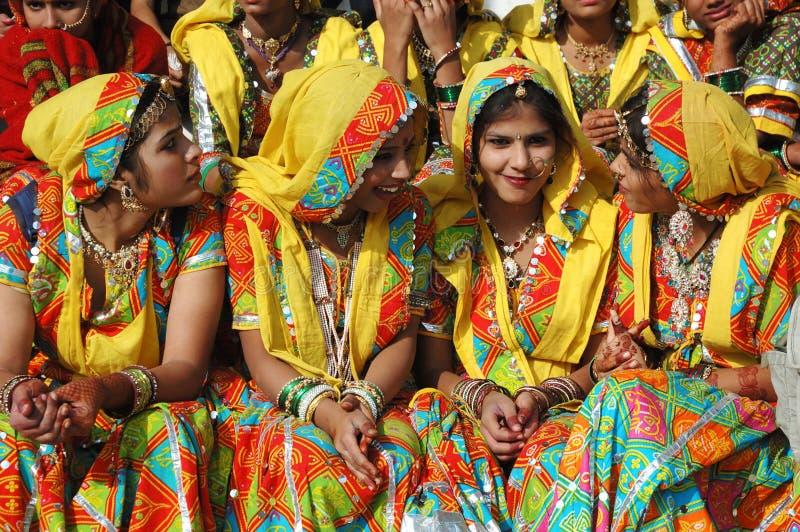 Schöne indische Frauen in traditioneller rajasthani Kleidung an Pishkar Kamel angemessen stockfotografie