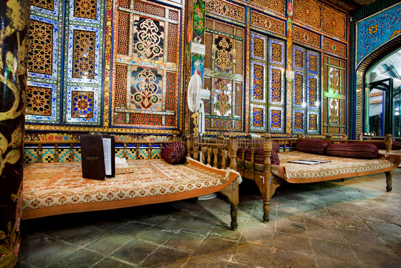 Schöne Innenarchitektur des traditionellen iranischen Restaurants mit Osmanen legt sich hin lizenzfreie stockfotografie