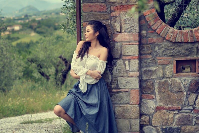 Schöne italienische Frau im Freien auf der Straße der alten Stadt stockfotos