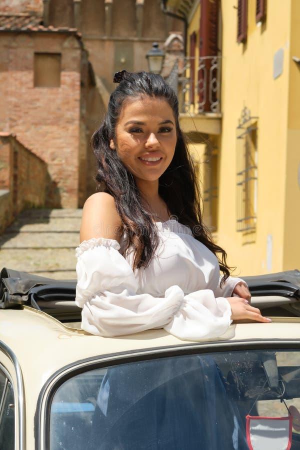 Schöne italienische Frau im Freien auf der Straße der alten Stadt lizenzfreies stockfoto