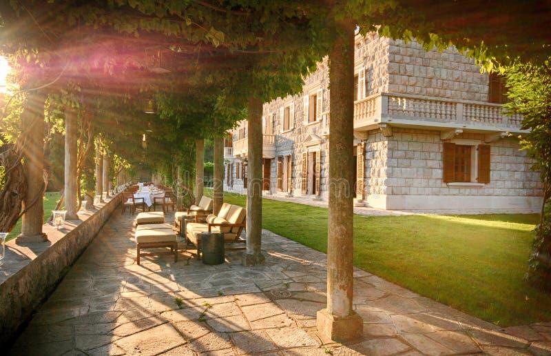 Schöne italienische Villa mit Sommerterrasse Italien lizenzfreies stockbild