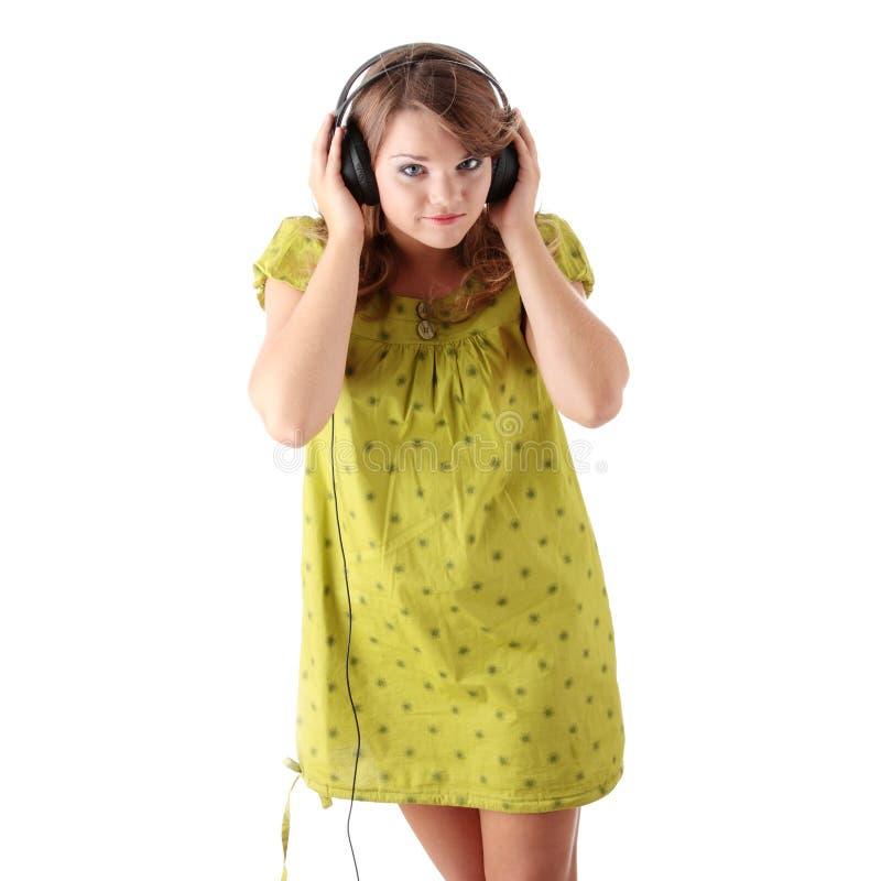 Schöne Jugendliche, die Musik hört lizenzfreies stockfoto