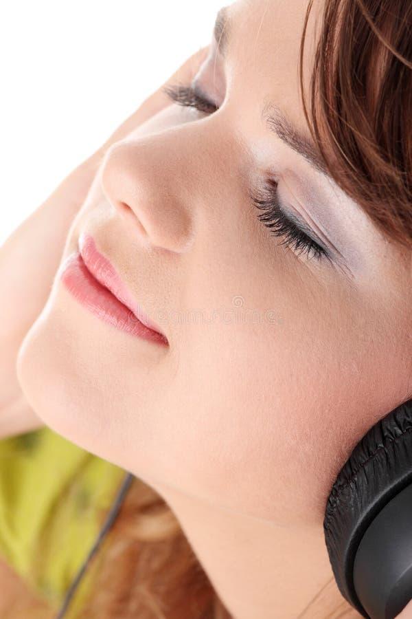 Schöne Jugendliche, die Musik hört stockfoto