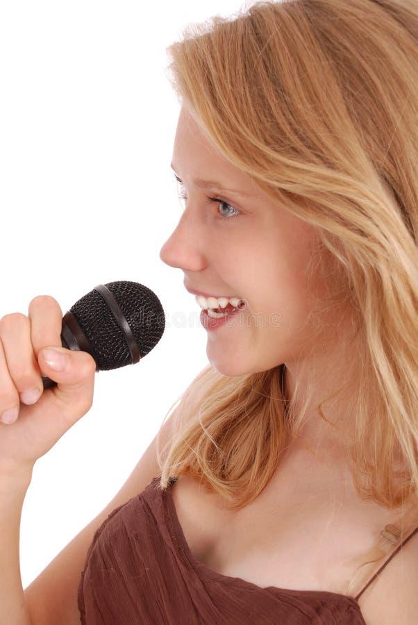 Schöne Jugendliche mit Mikrofon lizenzfreie stockfotos