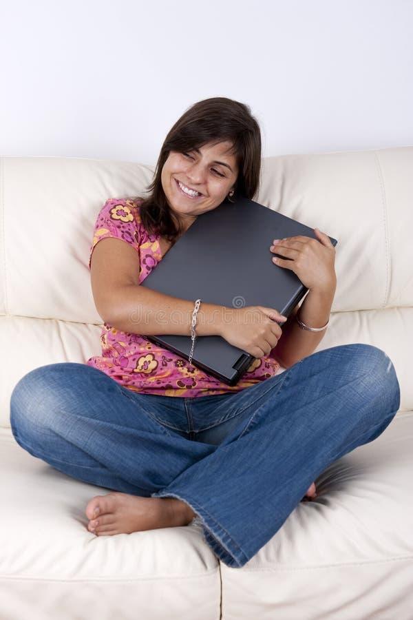 Schöne Jugendlichholding-Laptop-Computer lizenzfreie stockfotos