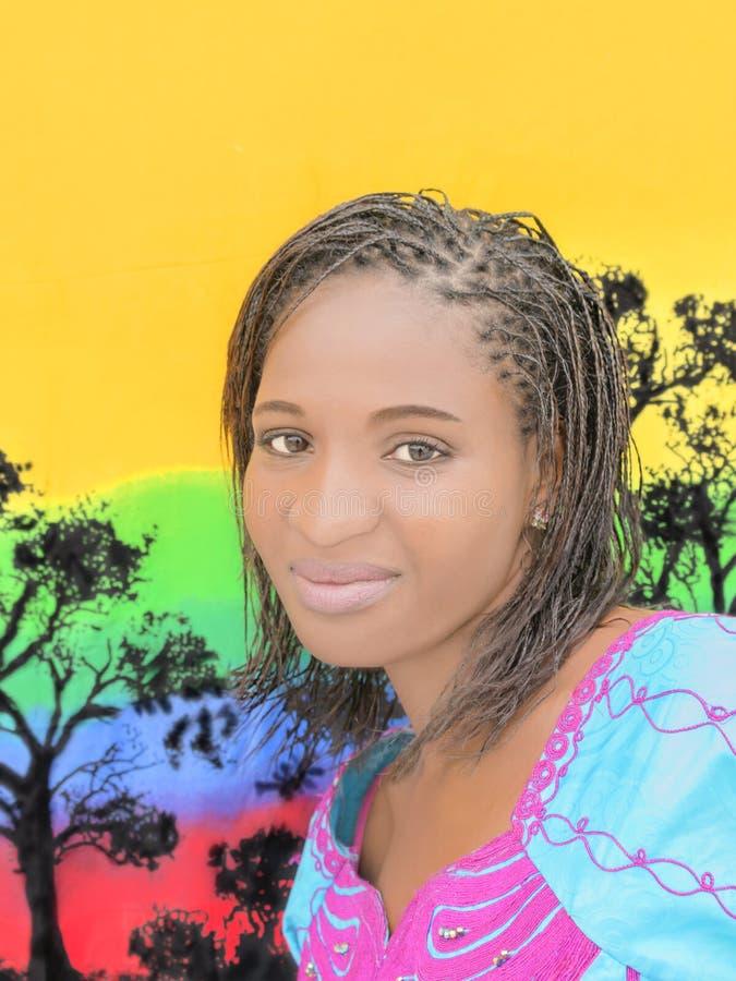 Schöne junge Afrikanerin stockfotografie