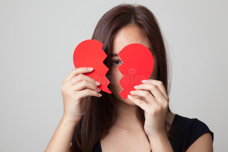Schöne junge Asiatin mit defektem Herzen lizenzfreie stockfotos