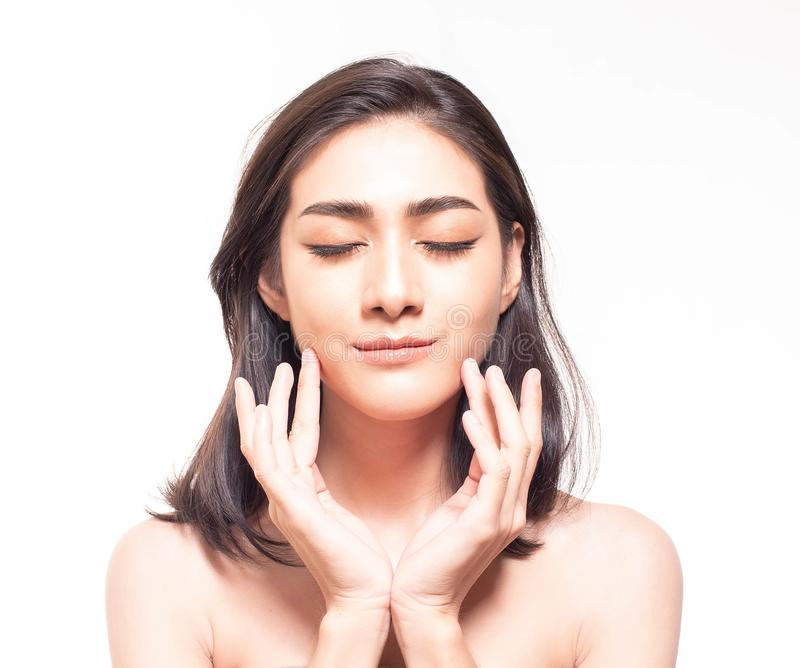 Schöne junge Asiatin mit klarer neuer Hautnote ihr eigenes Gesicht Gesichtsbehandlung, Hautreiniger, Cosmetology, Schönheit und stockfotos
