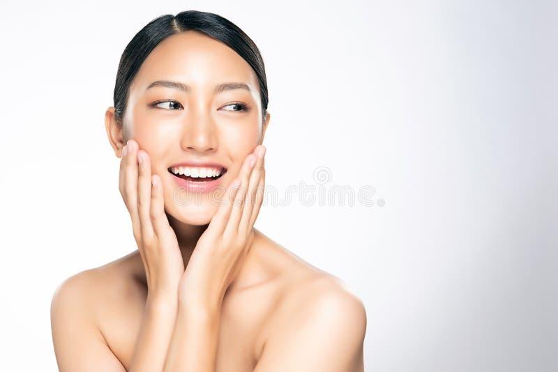 Schöne junge Asiatin mit sauberer frischer Haut stockfoto