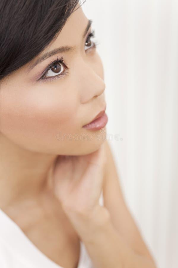 Schöne junge asiatische chinesische Frau stockbild