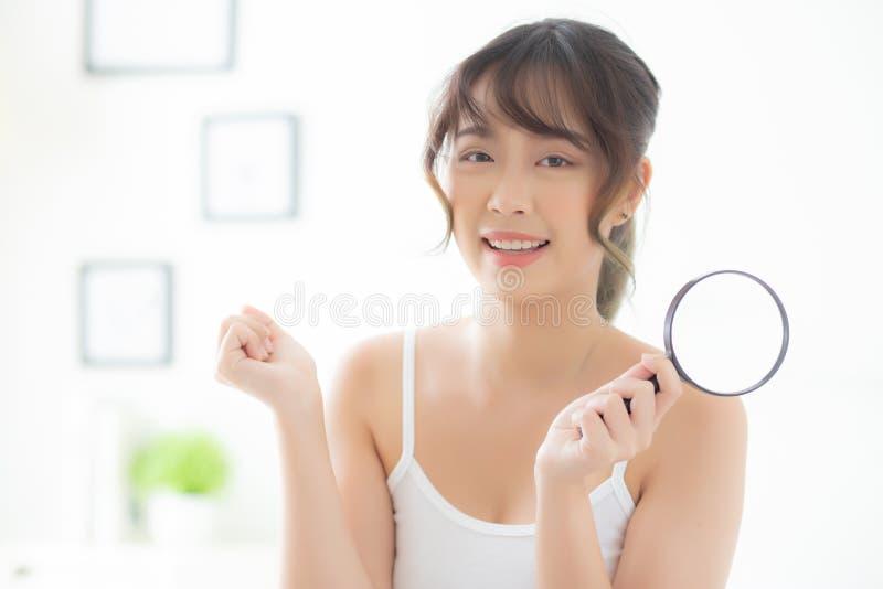 Schöne junge asiatische Frau glücklich mit Vergrößerungshaut der Akne, lächelndes skincare Kontrolle Schönheitsasien-Mädchens des lizenzfreies stockbild