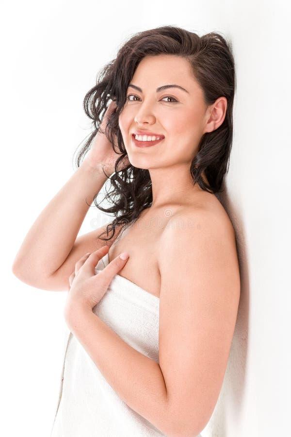 Schöne junge asiatische Frau im weißen Tuch stockfoto