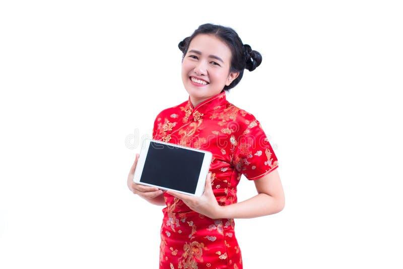 Schöne junge asiatische Frauenabnutzungschinesen kleiden traditionelles cheongsam oder qipao Hand, die Digital-Tablette des leere lizenzfreie stockfotos