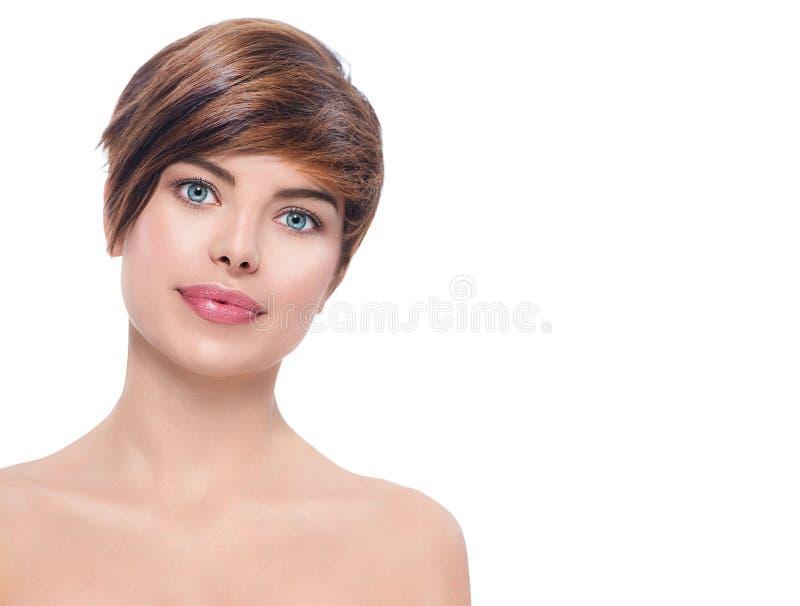 Schöne junge Badekurortfrau mit dem kurzen Haar stockfotos