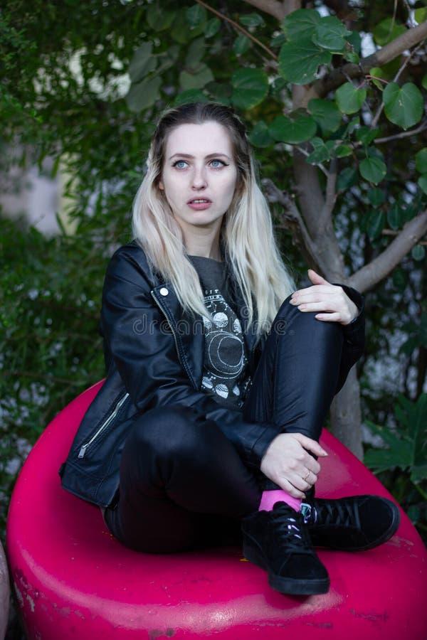 Schöne junge blonde Dame im Freien stockbild