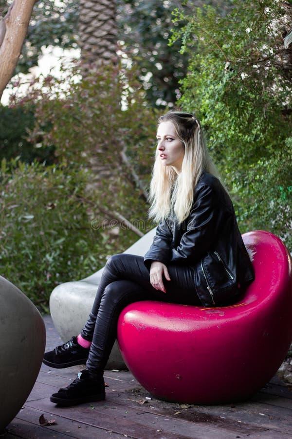 Schöne junge blonde Dame im Freien stockfotos