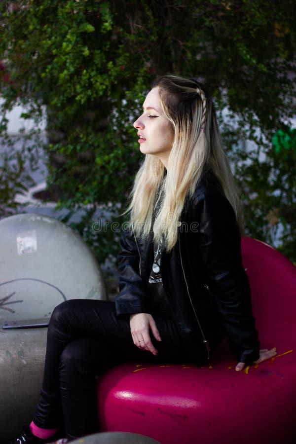 Schöne junge blonde Dame im Freien lizenzfreies stockbild