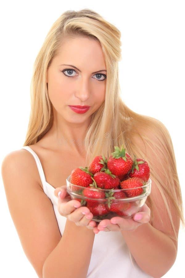 Schöne junge blonde Frau mit Erdbeere lizenzfreies stockfoto
