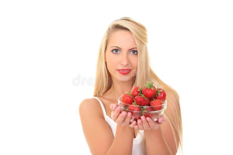 Schöne junge blonde Frau mit Erdbeere lizenzfreies stockbild