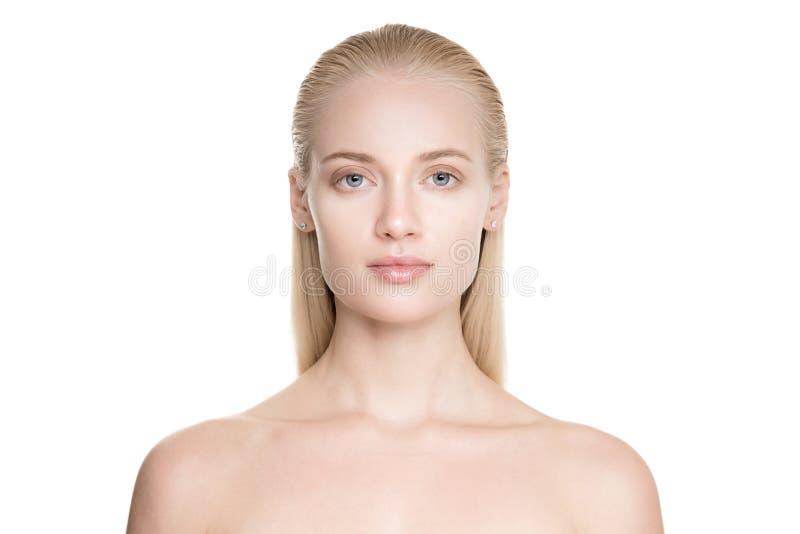 Schöne junge blonde Frau mit langem Slicked-Haar stockbild