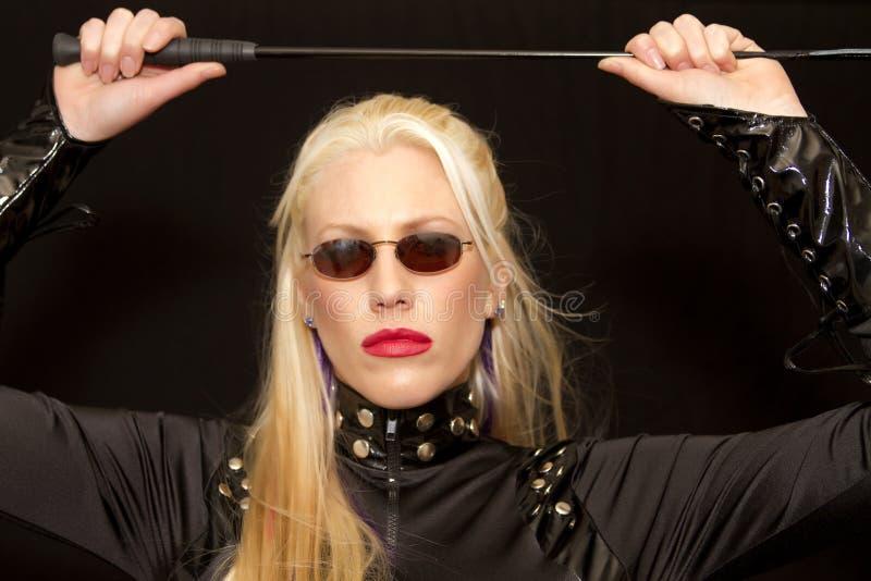 Schöne junge blonde Frau mit Sonnenbrillen lizenzfreies stockbild