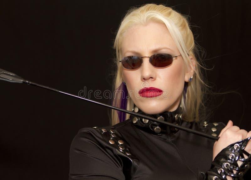 Schöne junge blonde Frau mit Sonnenbrillen lizenzfreie stockfotos