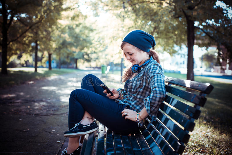 Schöne junge blonde Hippie-Frau am Telefon lizenzfreies stockbild