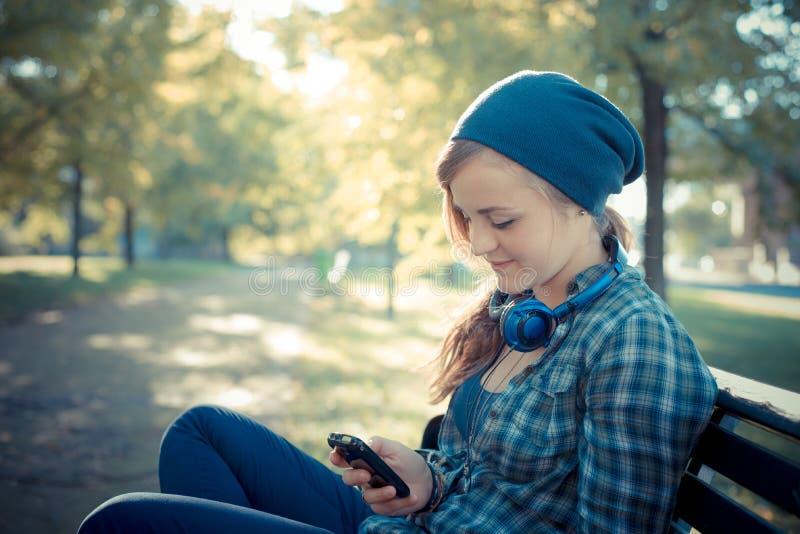 Schöne junge blonde Hippie-Frau am Telefon lizenzfreies stockfoto